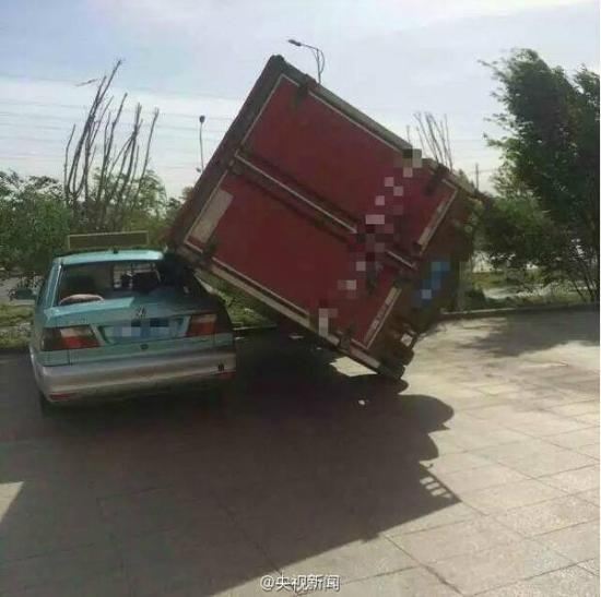 乌鲁木齐/据央视微博5月14日报道,新疆乌鲁木齐刮起6级以上大风,垃圾桶...