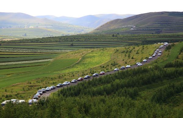 """关联数值显现,2015年到""""草原天路""""参观旅游的人到达33万人次,逐日车流量高达6000余辆。 魏勇—东方IC 材料图"""