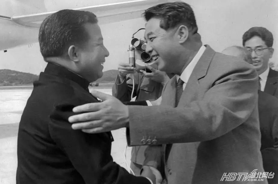 1965年10月4日,朝鲜平壤机场,金日成会见到访的西哈努克。