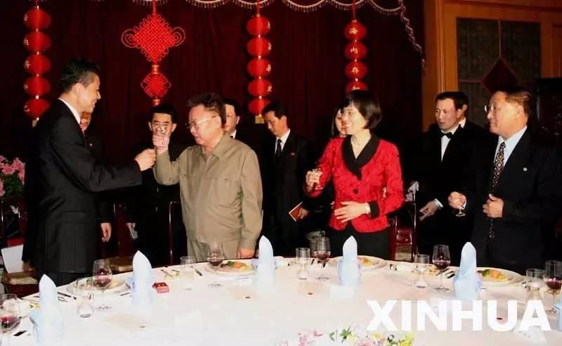2007年3月4日,金正日与中国驻朝鲜大使刘晓明在中国驻朝鲜大使馆举行的元宵节晚宴上举杯庆祝