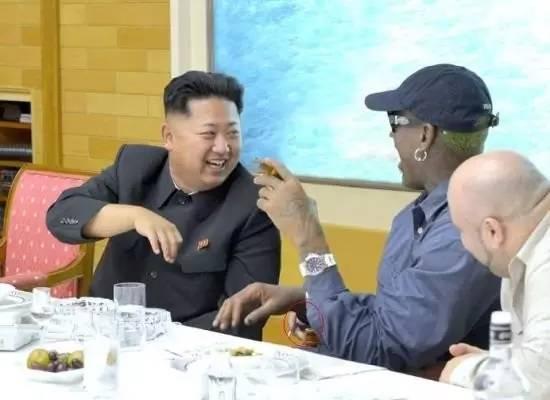 据报道,金正恩的父亲金正日就是一位篮球迷,尤其喜欢乔丹和公牛。美国国务卿奥尔布赖特在2000年出访朝鲜时,赠送给金正日的礼物就是乔丹亲笔签名的篮球,这个篮球目前放在展示各国领导人礼品的妙香山国际友好展览馆中。