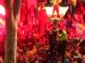 视频-球迷疯狂庆祝巴萨再夺冠 大放鞭炮烟花