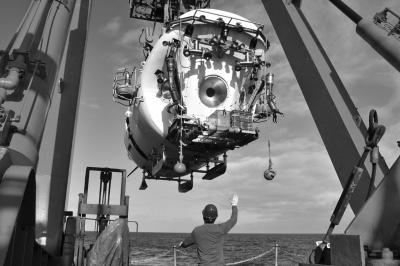 """15日早,水面撑持系统职员在布放""""蛟龙号""""载人潜水器。新华社发"""