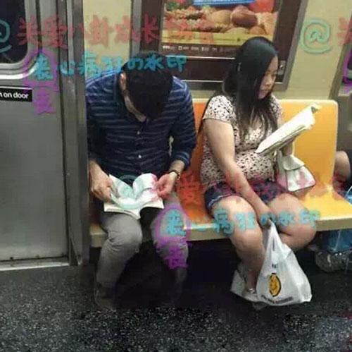 凤姐在地铁上看书