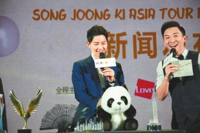 抚摸着代表成都的熊猫玩偶,宋仲基的眼里尽是温柔。