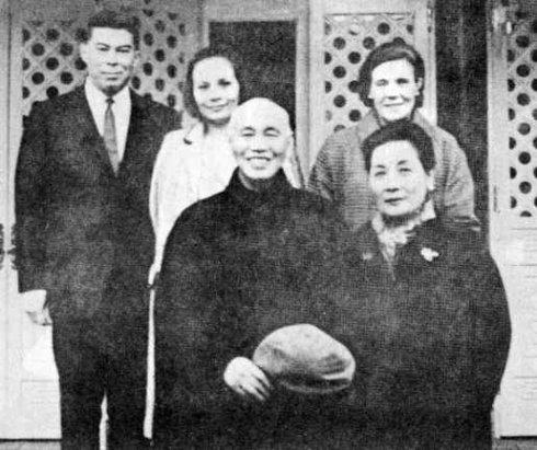 蒋介石、宋美龄夫妇与儿媳蒋方良、孙女蒋孝章、孙女婿俞扬和
