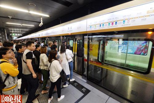 北京 黄渠/乘客在黄渠站等来空车(摄影刘畅)...