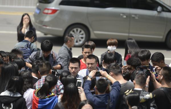 4月13日,胡明亮和孙文麟在法院外接受采访。 东方IC 图