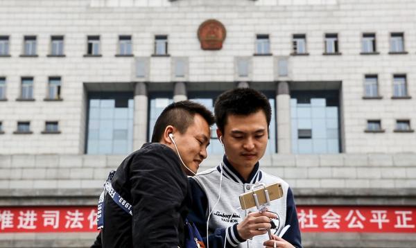 4月25日,孙文麟和胡明亮在法院门口拍摄小视频,准备发布在自己的微信公号上。