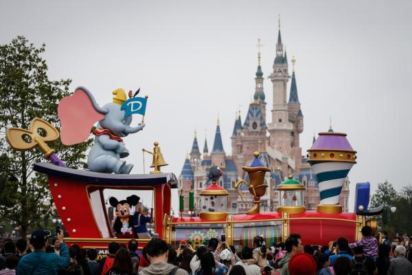 """2016年5月13日,上海迪士尼,日间主题巡游""""米奇童话专列""""驶过,米奇向游客们挥手。 澎湃新闻记者 刘行喆 图"""