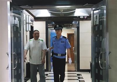 昨天上午,张亮被带入法庭,二中院以非国度作业人员纳贿罪终审讯处其有期徒刑3年半。新京报记者 李禹潼 摄