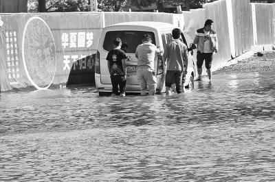 积水最深超越1米,很多渡水车辆熄火。