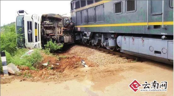15日午时12时,宣威板桥大街笙歌村委会,一辆载满猪仔的货车抢越铁路道口,与火车头相撞。
