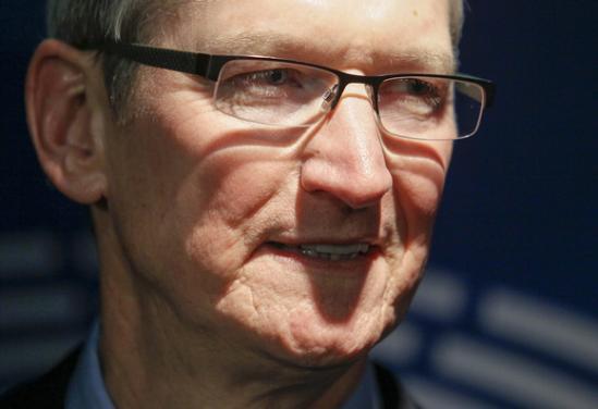 """在全球市场苹果设备销量再次走低的背景下,库克开启了新一轮的访华。这是他第八次来到中国。近日,苹果刚刚宣布10亿美元投资滴滴。据滴滴出行总裁柳青称,双方4月20日在苹果总部进行了首次会晤,随后便以""""闪电般的速度""""达成投资协议。她表示,滴滴和苹果公司将来可能在产品、技术、营销等领域展开合作,但具体细节暂不清楚。"""