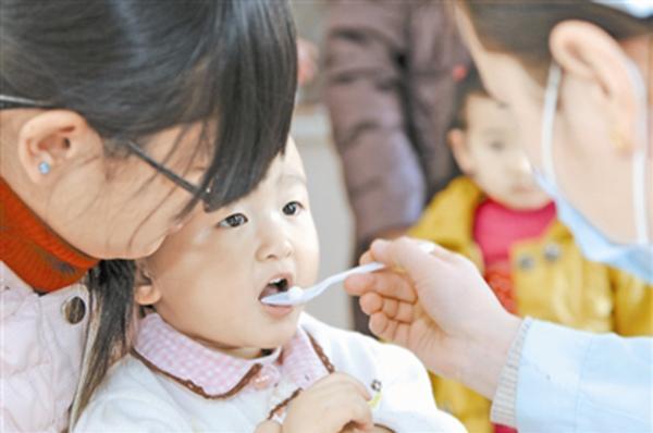 少年服用糖丸疫苗。