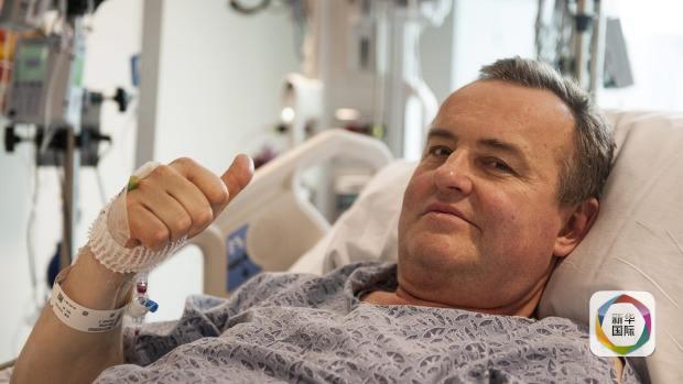 据马萨诸塞归纳病院当天揭晓的申明引见,在5月的第一周,曼宁承受了15个小时的手术。10多名大夫经过衔接杂乱的微细血管与神经,把一位死者馈赠的阴茎移植到曼宁身上。