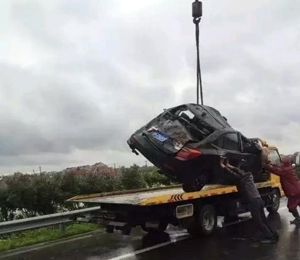 车辆被打捞登陆。