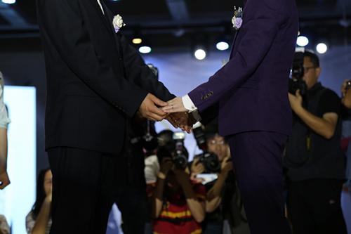婚礼上,两人牵手