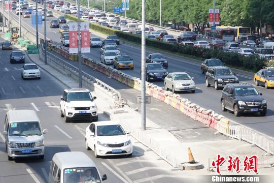 5月17日,北京疏堵工程要点项目东三环双井桥北路线改革工程昨天竣工通车。 熊然 摄