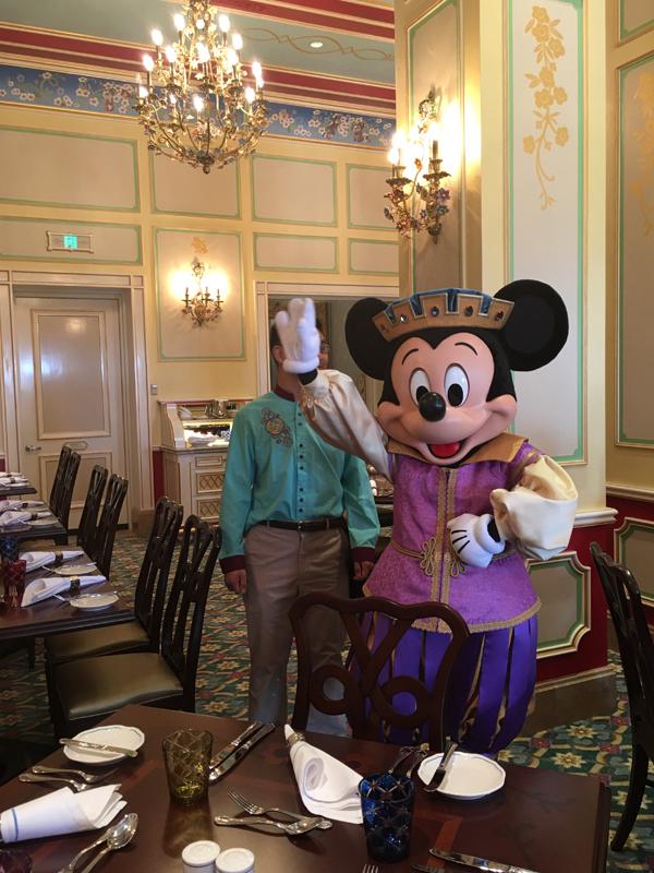 """皇家宴会厅(位于奇幻童话城堡)提供""""与迪士尼朋友进餐""""服务,即在主题乐园餐厅与迪士尼影片中深受喜爱的迪士尼朋友一起用餐,与其拥抱,且拍照留念,记录精彩瞬间"""