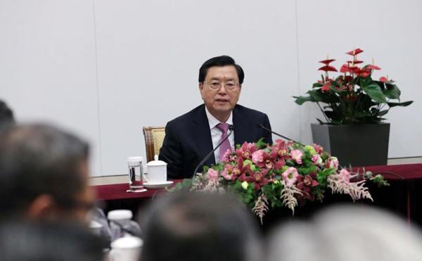 5月17日,天下人大常委会委员长张德江来到香港特区当局总部观察工作,听取特区当局首要官员的作业汇报。 新华社 图