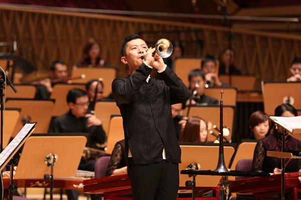 2015年,胡晨韵在上交音乐厅开唢呐专场音乐会,开场曲就是《百鸟朝凤》。