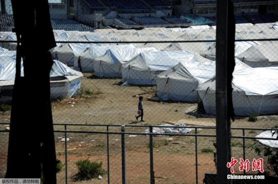 """本地时刻2016年5月10日,希腊雅典,超越3500名灾黎在前奥林匹克曲棍球核心出亡,这些灾黎首要来自阿富汗。自本年2月以来,位于通往中欧和欧美的""""巴尔干通道""""上的多个国度,对多国灾黎敞开边界,约有54000名灾黎停留希腊。"""