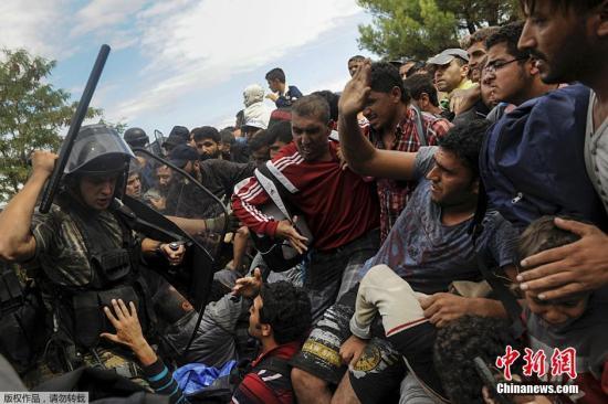 马其顿差人高举警棍,禁止拥堵的灾黎们进入马其顿版图。