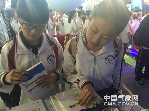 北京科技活动周孩子们在选购气象科普图书.