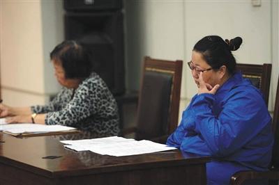 昨天,闹事公交车司机李某在法庭上黯然神伤,她因而事变被判处缓刑。石景山法院供图