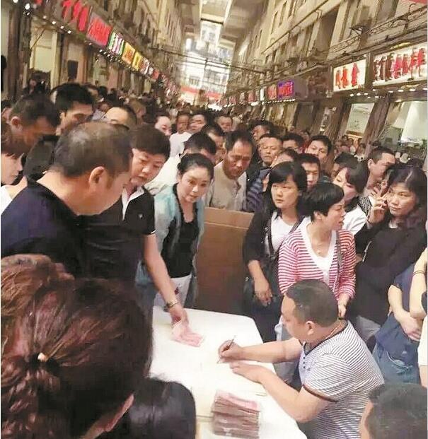 图为:汉正街商户自发为潘长清的家属捐款