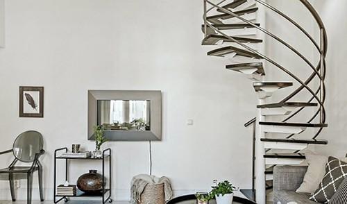 设计师打造了复式的利用形式,添置了一款螺旋楼梯,让室内更有设计感图片