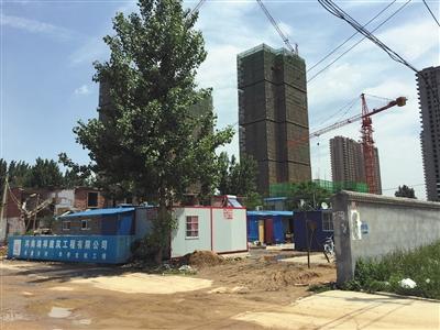 5月15日,相邻的下坡杨村拆迁5年后还未回迁,乡民在旧址建起板房寓居。