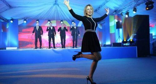 俄罗斯外交部发言人扎哈罗娃踩高跟鞋跳俄罗斯民族舞蹈卡林卡