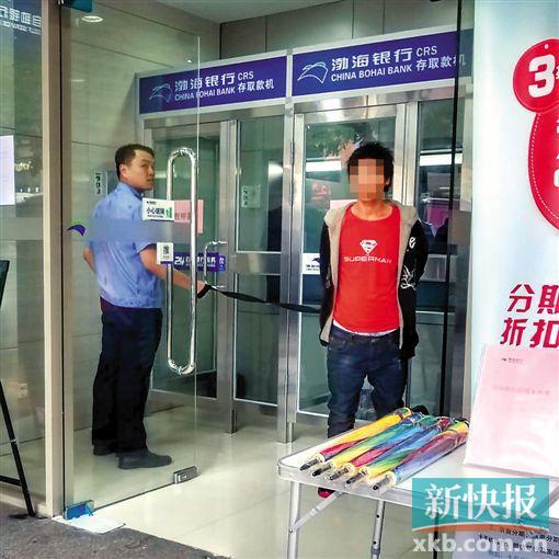 昨日上午,警方带涉案女子到广州市江南西商圈指认现场。 彭程/摄