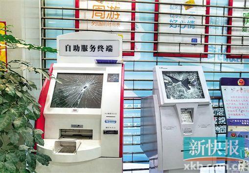 一家银行的自助效劳终端被砸坏。 彭程/摄