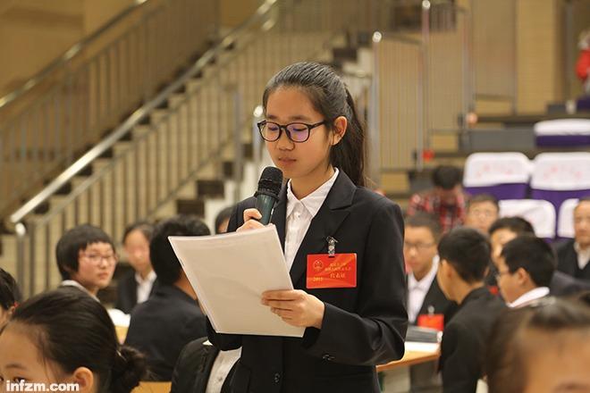 """北京十二中模仿人大社团的门生代表在叙述""""议案"""",这是活生生的政治课。(受访者供图/图)"""