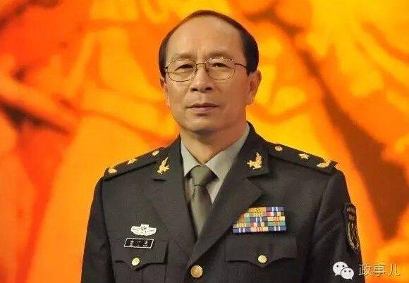 """""""政事儿""""(微信ID:gcxxjgzh)注意到,金一南是中南海的""""座上宾""""。6年前的2009年7月24日,在中国人民解放军建军82周年前夕,时任总书记的胡锦涛就中国特色军民融合式发展路子研究,主持十七届中央政治局的第十五次集体学习。两名讲师之一就是金一南。"""