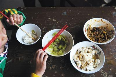 5月12日,莎莎用红色的公筷夹菜,自从查出艾滋病后,莎莎就养成了用公筷的习惯,吃饭也有专门的碗筷。