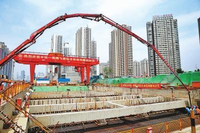 郑州 地铁/郑州地铁5号线腾飞路车站封顶现场。5月21日摄1 本报记者王铮摄...