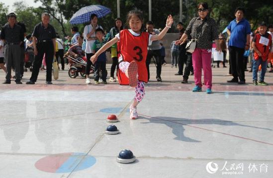 人民网北京5月22日电(记者徐烨)一家老少齐上阵玩转冰蹴球……5月22日上午,莲花河畔的红莲广场热闹非凡,广外街道第二十届全民健身体育节盛大开幕。
