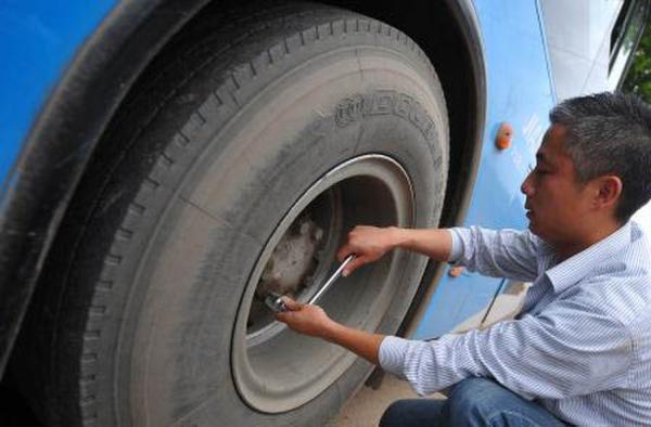 王叔在南京开 120 路公交车曾经十二年了,他的家人在郊区开连锁店,家中经济很好,这台名驹 SUV 也是家里补助他,便于高低班。天性够,抛却这份辛劳支出低的事情,经心打理家属买卖,但他挑选了兢兢业业做公交司机。