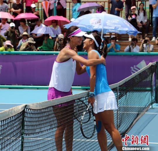 俄罗斯选手皮沃瓦洛娃与中国选手鲁晶晶赛后双方握手。 周小云 摄