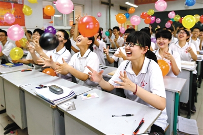 5月22日,河北省衡水市第二中学的高三学生在教室里用放气球的方式舒缓心情。