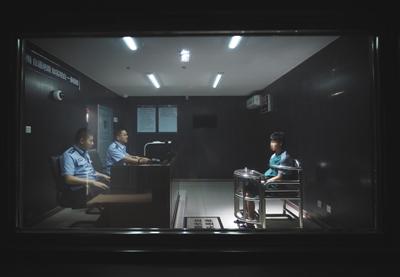 5月6日,海淀公循分局法律办案办理中心,两位民警正在询问一位怀疑人。该核心作为试点,探务理论会合审理、全程闭环、全程监视的法律办案新形式。