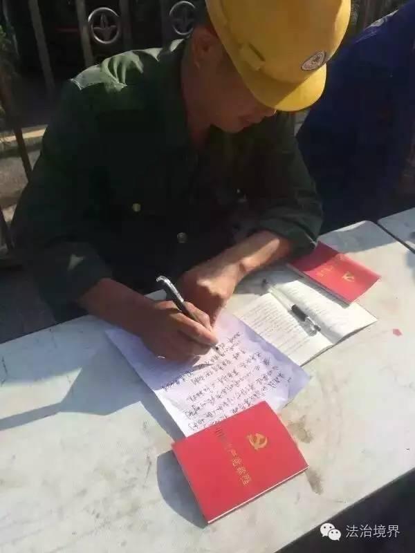 上访也创新!江西高院门口十几名民工拉横幅排排坐抄党章 敦促某副院长做合格共产党员