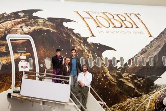 """《霍比特人》主创人员搭乘""""巨龙史矛革""""飞抵洛杉矶"""