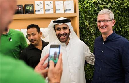库克还表示,苹果将继续扩大在中东的市场,开设更多的零售店,也希望为政府带来基础技术服务。并且在twitter上上传了合影照片,并写道:短暂访问阿联酋购物中心的苹果商店,和苹果顾客还有我们梦幻般的团队在一起。谢谢迪拜。