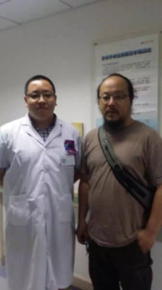搜狐娱乐讯 近日,有网友在朋友圈晒出一张王菲前夫窦唯现身医院的