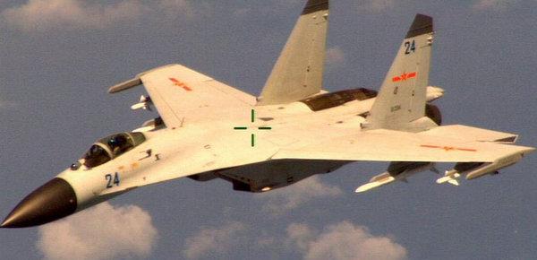 """据英国广播公司(BBC)5月19日报道,美国国防部周三(18日)表示,两架中国战机以""""不安全""""方式,在南海国际空域拦截一架正在飞行的美国侦察机。美国全国广播公司报道称,美方称,当时中国两架J-11战机与美国海军EP-3军机距离约15米(50英尺)。图为美方公布中国海军航空兵一架歼-11飞机抵近拦截美侦察机画面。"""
